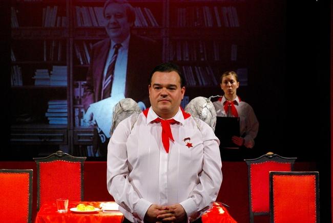 Eleje - Notóriusok 30.1 - Elek Ferenc (a háttérfotón látható Pozsgay Imre kulturális miniszter szerepében) és Kiss Eszter
