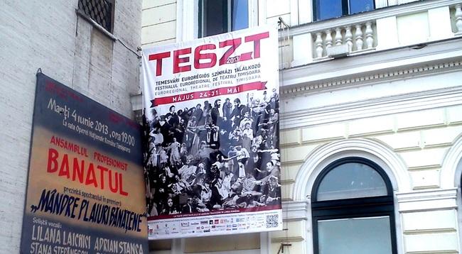 A temesvári magyar színház TESZT Fesztiváljának molinója a román színház homlokzatán
