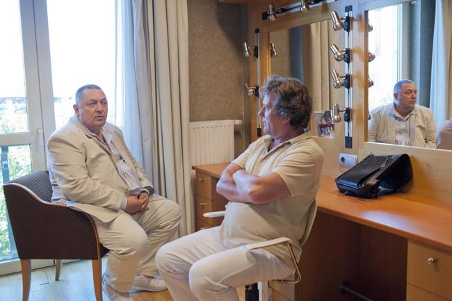 Vidnyánszky Attila, a Nemzeti Színház új főigazgatója első munkanapján beszélget Szarvas Józseffel, a társulat színészével 2013. július 1-jén