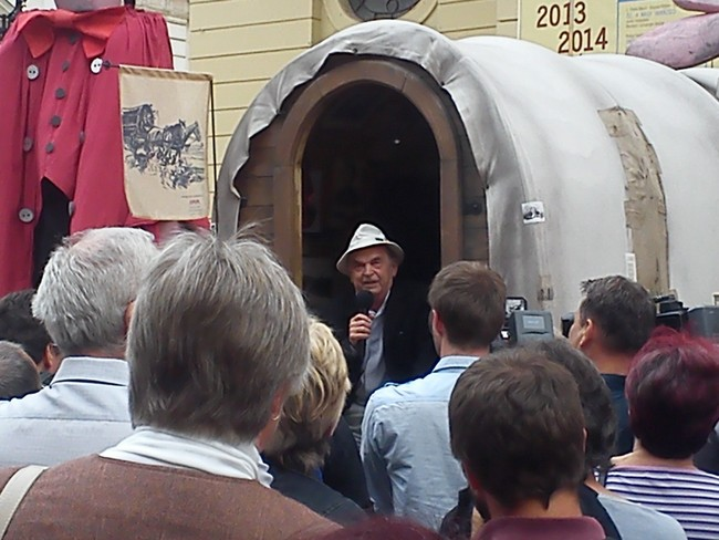 Bodrogi Gyula az ekhós szekéren