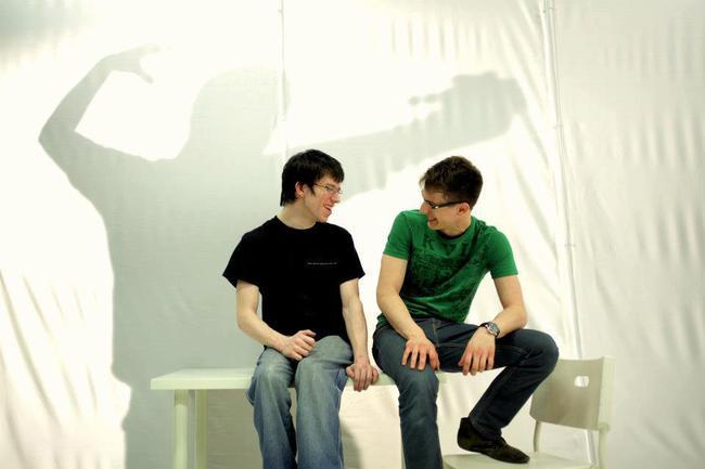 Fekete Ádám és Fehér Balázs Benő a Bűn és bűnhődés előadás díszletében