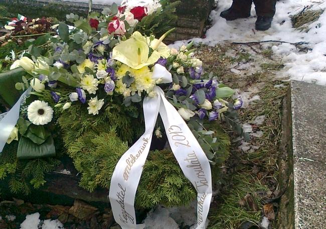 Koszorúk Vámos László sírján