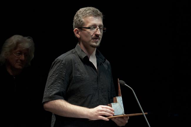 Székely Csaba átveszi a Színikritikusok Díját (a háttérben Esterházy Péter)