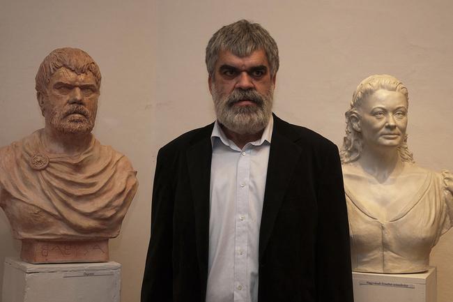 Balra és középen Babusa János szobrászművész, jobbra Nagyváradi Erzsébet portrészobra