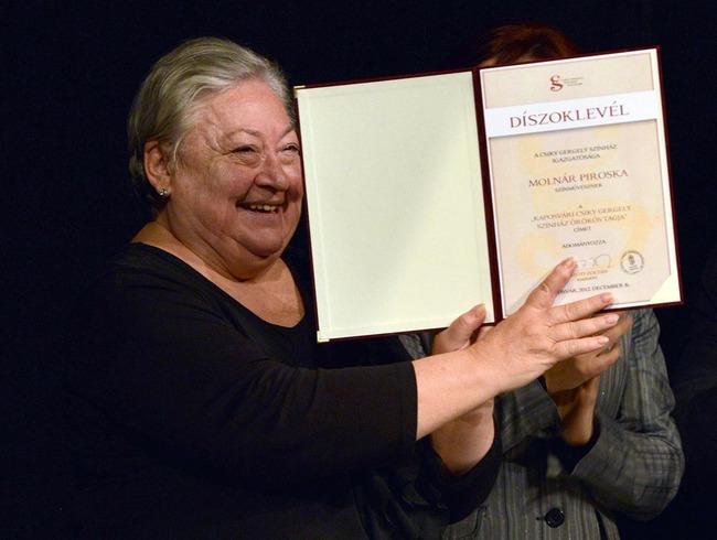Molnár Piroska átveszi az örökös tagságról szóló elismerést