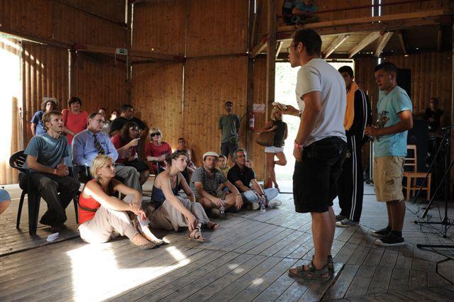 Timothy Betts misszióvezető-helyettes megtekinti a roma színjátszók előadását