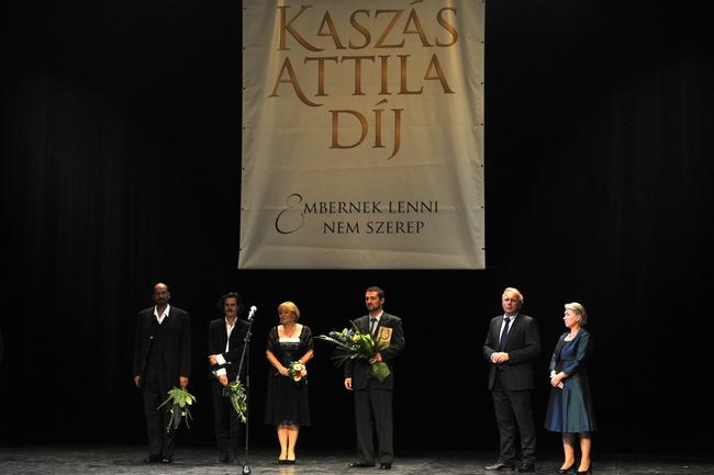 Kálid Artúr, Keresztes Tamás, Kubik Anna és Bányai Kelemen Barna színművészek, a dij jelöltjei, Pokorni Zoltán, a Fidesz frakcióvezető-helyettese, díjalapító és Keményné Koncz Ildikó, a Raiffeisen Bank ügyvezető igazgatója díjátadók a budapesti Thália Színházban 2012. szeptember 7-én a Kaszás Attila-díj átadásán