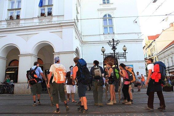 Június 17-én este értek a Miskolci Nemzeti Színházhoz a társulat új tagjai, akik a két héttel azelőtt Budapestről gyalogszerrel indultak útnak