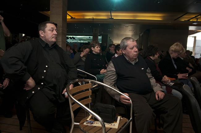 Vidnyánszky Attila (balra) figyel