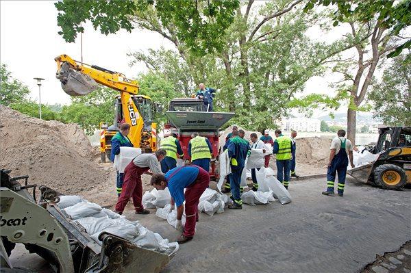 Homokzsákokat töltenek a katasztrófavédelem zsáktöltő gépével a Margitsziget keleti oldalán 2013. június 5-én. A szigeten megkezdték az ideiglenes gát építését. A fővárosban várhatóan június 10-én tetőzik a Duna, 875 centiméteres vízállással.