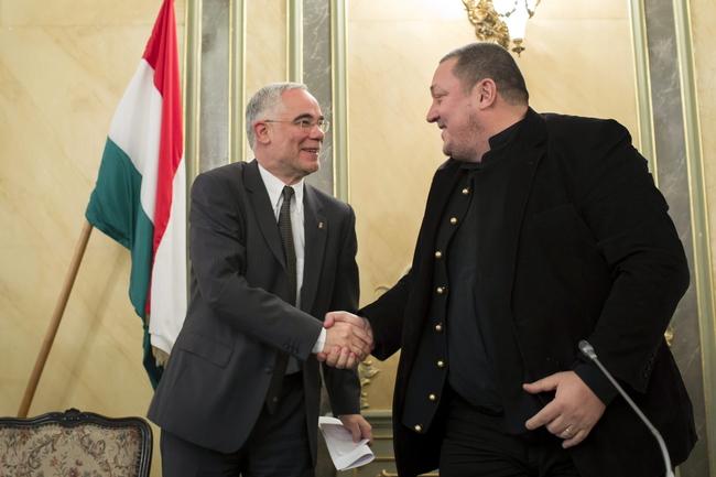 Kézfogó: Balog Zoltán és Vidnyánszky Attila