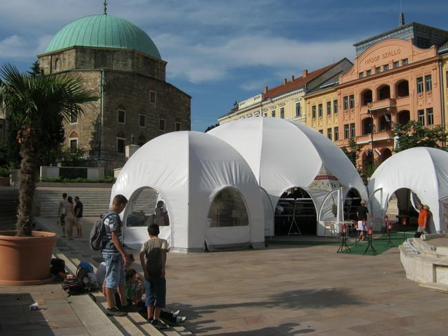A Magyar Teátrumi Társaság sátra a Széchenyi téren