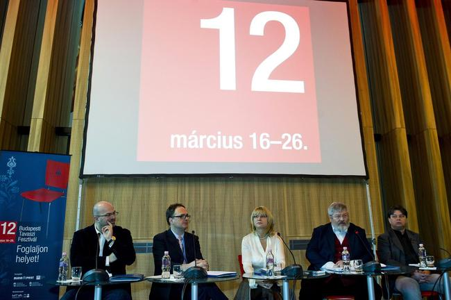 Szőcs Géza, a Nemzetierőforrás-minisztérium kultúráért felelős államtitkára beszél a március 16-tól 26-ig tartó Budapesti Tavaszi Fesztiválról tartott sajtótájékoztatón. Az asztalnál ül Kocsár Balázs, a fesztivál zeneigazgatója, Káel Csaba, a Művészetek Palotája vezérigazgatója, Vitézy Zsófia, a BTF-et szervező Budapesti Fesztiválközpont ügyvezető igazgatója és Csomós Miklós kultúráért felelős főpolgármester-helyettes