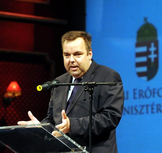 L. Simon László beszél az országos színházi évadnyitón, a Pécsi Nemzeti Színházban