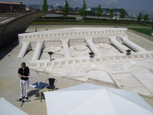 Sajtótájékoztató a kiürült medencében, az elsüllyedt Nemzeti Színház emlékműve előtt, 2011. május 20. - Alföldi Róbert