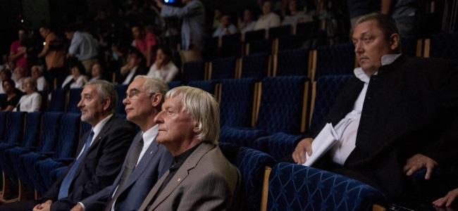 Halász János, Balog Zoltán, Fekete György és Vidnyánszky Attila a Nemzeti Színház 2013/2014-es évadának évadnyitó társulati ülésén, 2013. augusztus 21-én.