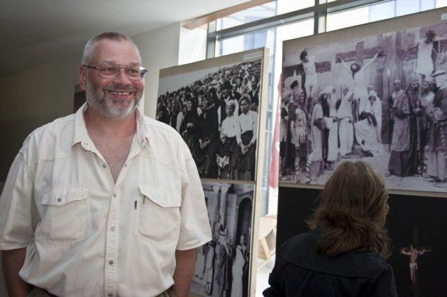 Frigyesi András a Passió-kiállításon a Budaörsi Városházán, 2009-ben
