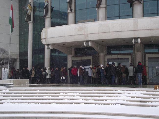 Sor a jegyekért, 2013. január 28. délelőtt, a Nemzeti Színház előtt