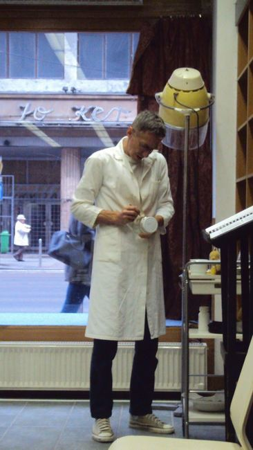 A borbély – Színházi előadás egy belvárosi üzlethelyiségben