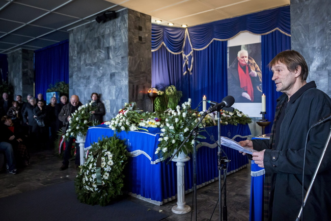 Cserhalmi György mond beszédet Jancsó Miklós temetésén