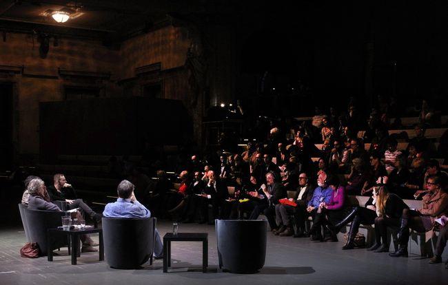 résztvevők a bécsi Burgtheaterben