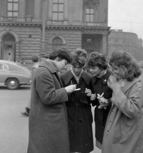 A Nemzeti Színház előtt Tatjána Szamojlova szovjet színésznő autogramot ad (1961)