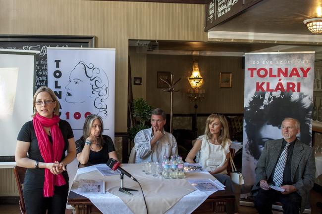 Góg Laura, a Klárika 100 Alapítvány elnöke, a Tolnay Emlékév főszervezője, Sirató Ildikó színháztörténész, a Színháztörténeti Tár osztályvezetője, Kautzky Armand és Tóth Enikő színészek, valamint Góg János költő