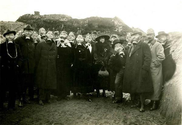 Az első magyar frontszínház társulata gázmaszkkal felszerelve (1917.)