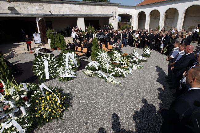 Kerényi Miklós Gábor, Budapesti Operettszínház igazgatója beszédet mond Bajor Imre temetésén a Farkasréti temetőben
