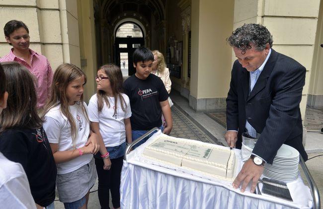 Ókovács Szilveszter főigazgató felvágja az operajegy formájú tortát