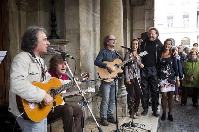 A KFT együttes performansza az Operaház évadnyitó társulati ülése előtt