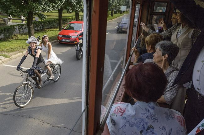 Karjcsi Nikolett és Szakács Hajnalka a kerékpáron