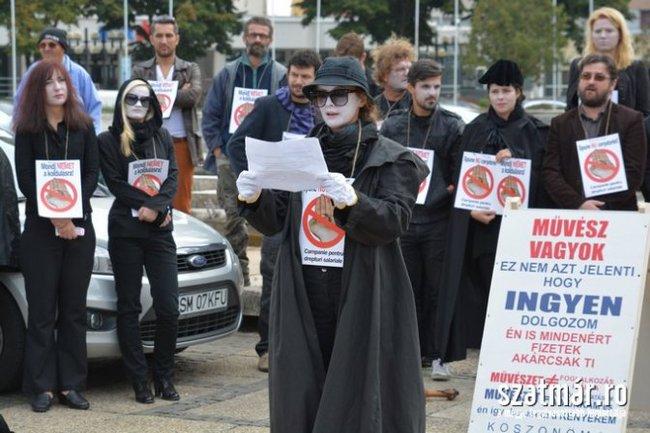 Szabadtéri performansszal tiltakoztak kedden a Szatmárnémeti Északi Színház munkatársai fizetésük késése miatt