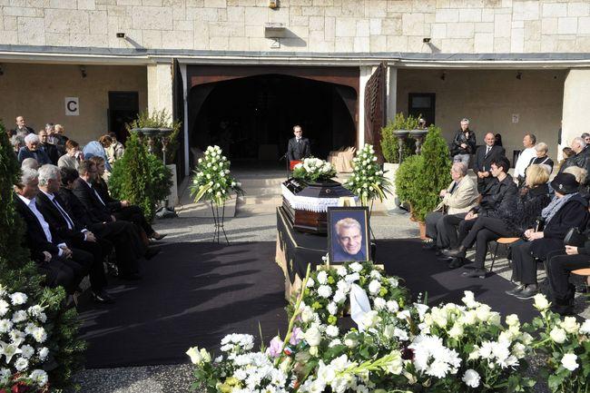 Hoppál Péter, az Emberi Erőforrások Minisztériumának kultúráért felelős államtitkára beszél a ravatalnál Sztankay István színművész búcsúztatásán a Farkasréti temetőben