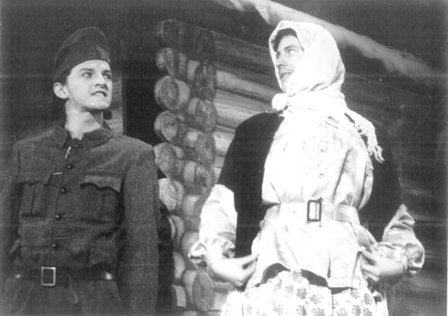 Alföldi Róbert (balra) és Zalán János (jobbra) a Vedd le a kalapod a honvéd előtt című előadásban (1991)