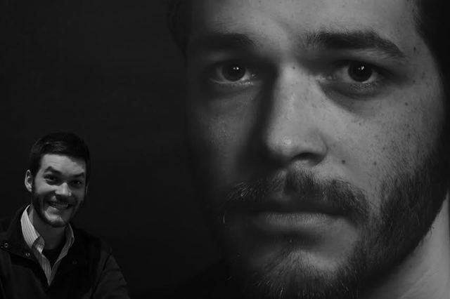 Dramaturg, szomorú arcképével