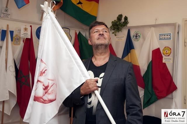 Hadházi László és az álló zászló
