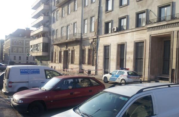 MSZP székház rendőr.jpg