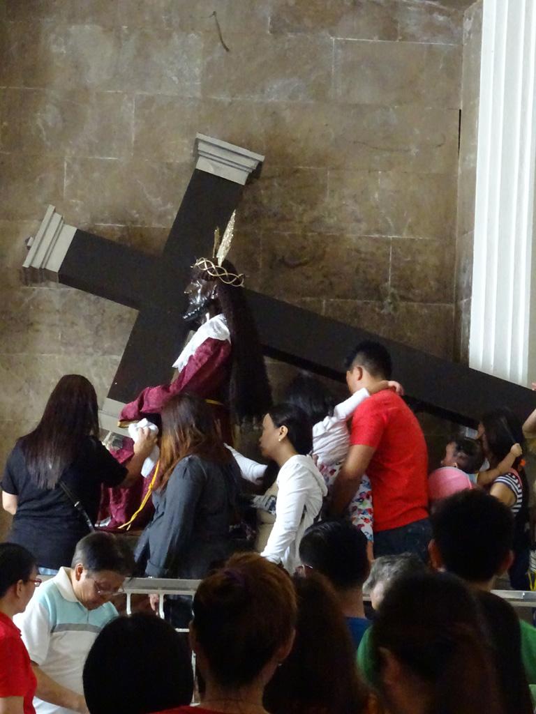 A híres fekete Jézus, egy mexikói szobrász készítette kb. 400 évvel ezelőtt és egy gályán vitték Manilába. Akkor még nem volt fekete de a monda szerint tűz ütött ki a hajón, ami leégett viszont a szobrot meg tudták menteni de a tűz miatt elszenesedett. Csodatévő erőt tulajdonítanak neki.