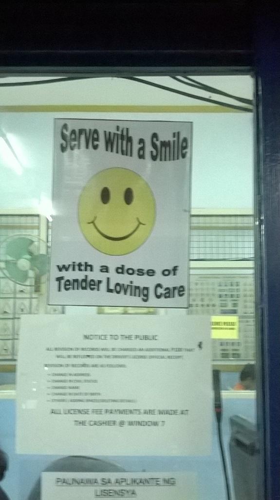 Mindig mosolyogj, mikor kiszolgálod a vásárlót.