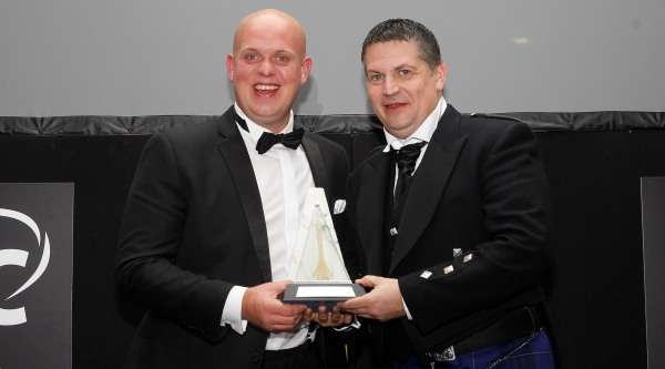 michael-van-gerwen-gary-anderson-2016-pdc-annual-awards-dinner-lawrence-lustig-pdc_1ttvy7ktnwmj31w0cz7g0bzxyb.jpg