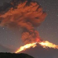 Kitört az Agung Vulkán, elkergettek pár repülőt - Bali