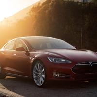 Mitől megy a Tesla és mitől dőlt össze az Opel Ampera?