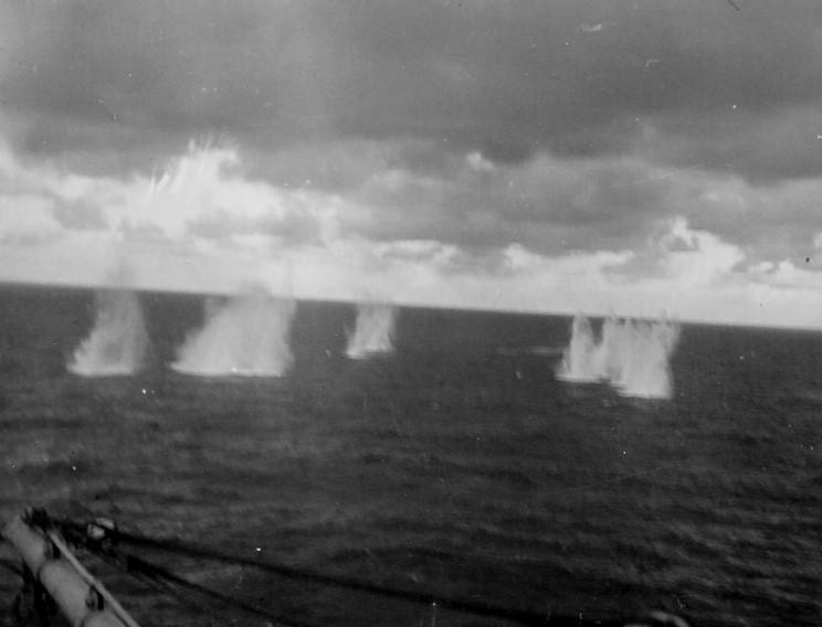 admiral_graf_spee_1939_12_13_hmnzs_achillesrol_kilott_granatok_002.jpg