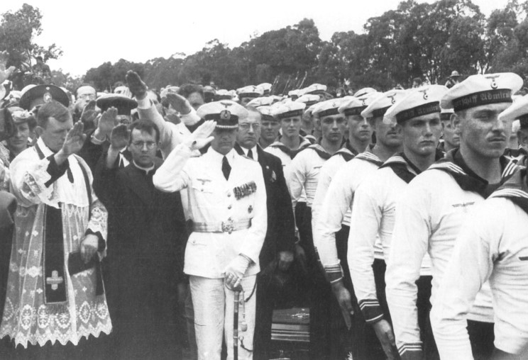 admiral_graf_spee_1939_12_15_halottak_temetes_langsdorff_001.jpg