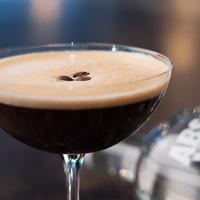 """""""Három szerencsés kávészem a tetejére; egy az egészségért, egy a gazdagságért és egy a boldogságért."""" – Az Espresso Martini és ami mögötte van"""