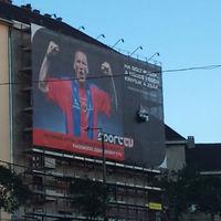 Érdekes építkezési reklámháló a Moszkván