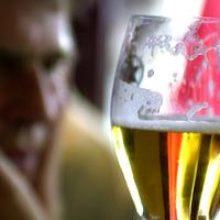 Ezt a pohárkát csak megengedhetem magamnak - Zacher Gábor az alkoholfüggőségről