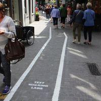 Buszsáv és biciklis sáv után jön: sétálva sms-ezők sávja!