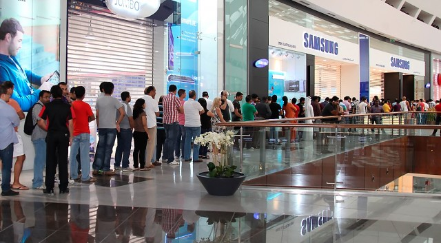 Long-lines-at-Samsung-store-640x353.jpg